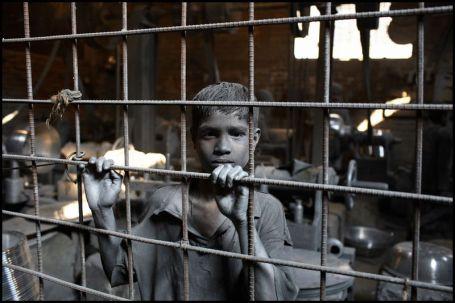 Jainal is elf. Hij werkt al drie jaar in deze kookpottenfabriek. Zijn werkdag begint om 9 uur en eindigt om 18 uur. Hij verdient 7,6 euro per maand.