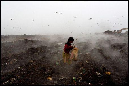 Zevenjarige Jasmine is een van de meer dan duizend mensen die overleven door recycleerbaar materiaal te sprokkelen op de vuilnisbelt van Dhaka