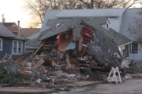 Een huis in New Dorp Beach, Staten Island, vlak tegenover de hulppost van Occupy Sandy op de foto hieronder.