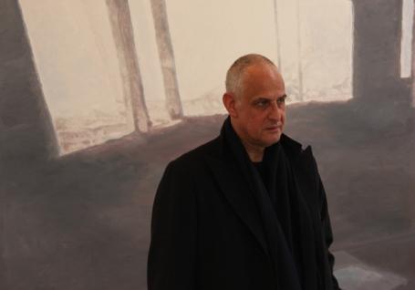 """Tuymans voor zijn schilderij """"Wall"""" in de David Zwirner galerij"""