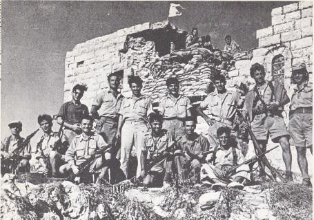 Israelische soldaten voor een verwoest Arabisch dorp, 1948