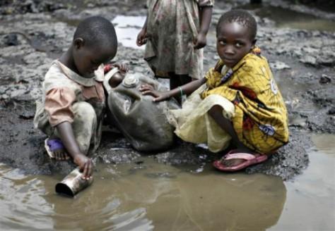 KA 3 Congolese-kinderen-scheppen-hun-drinkwater-uit-een-vervuilde-poel-
