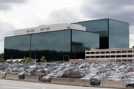 Het hoofdkwartier van de NSA, in een suburb van Washington. De NSA telt ruim 30 000 personeelsleden en is slechts een van de vele Amerikaanse spionnagediensten.