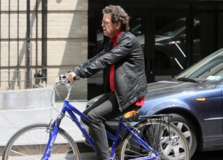 Lou op de fiets in de Village