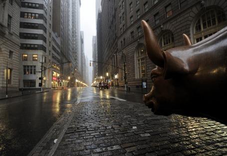 The Bull (Stier), symbool van stijgende koersen, waakt over Wall Street