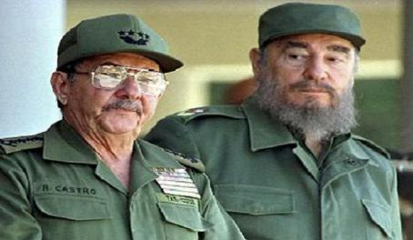 raul_and_fidel_castro_wait_for_pope