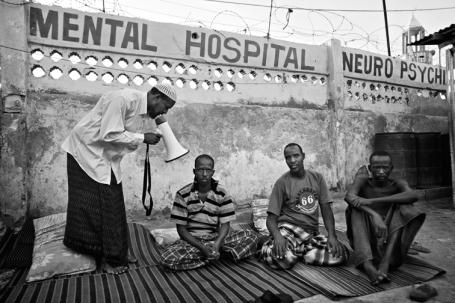 Een imam in Smalie 'behandelt' geesteszieken door hen met een megafoon Koranverzen in  de oren te brullen. 'Op zijn minst geeft hij hen aandacht, zegt Hammond.