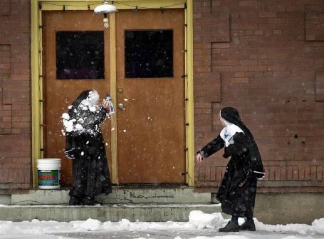 15 nonnen in de sneeuw