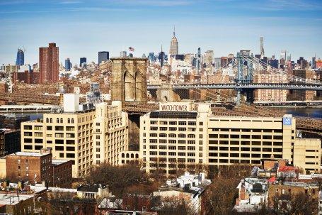 De beige gebouwen op de voorgrond maken deel uit van het hoofdkwartier van de Getuigen van Jehovah