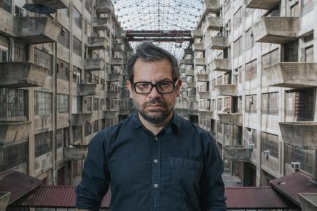 Pedro Reyes in het atrium van de Brookyn Army Terminal